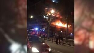 Пожар произошел в доме 198 на бульваре Макдональд в Париже. 06.04.2019