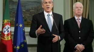 O primeiro-ministro José Sócrates (à esq.) e o ministro da Economia, Fernando Teixeira dos Santos.