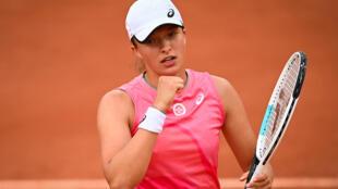 La polaca Iga Swiatek celebra tras ganar a la sueca Rebecca Peterson durante su partido de segunda ronda de individuales femeninos en la quinta jornada del torneo de tenis Roland Garros 2021, en París, el 3 de junio de 2021