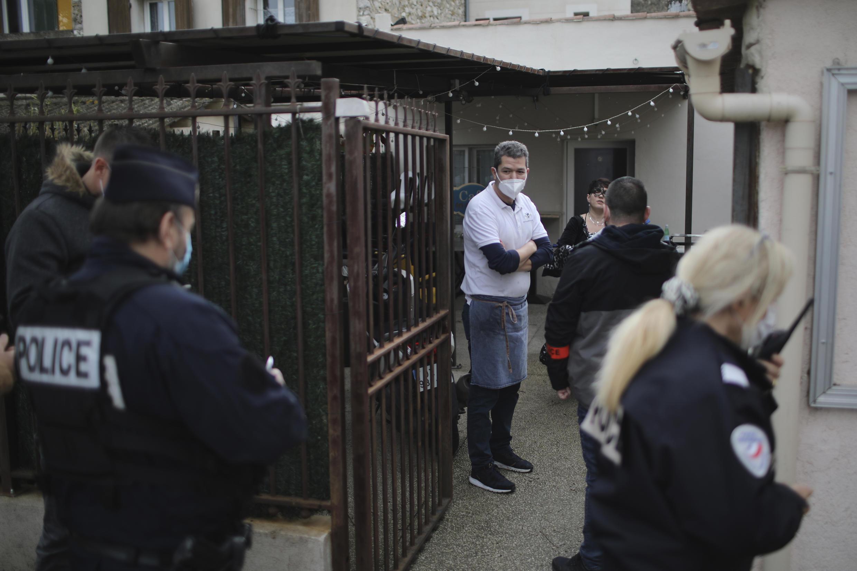 Ресторанный сектор — один из самых пострадавших. 1 февраля по всей Франции прошли акции рестораторов, которые, вопреки запретам, открыли свои заведения в знак протеста против ограничительных мер. Полиция оштрафовала нарушителей.