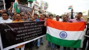 (Ảnh minh họa) - Người dân Ấn Độ tại Ahmedabad ngày 18/02/2019 biểu tình phản đối vụ tấn công do tổ chức JeM - Pakistan tiến hành ở Kashmir.