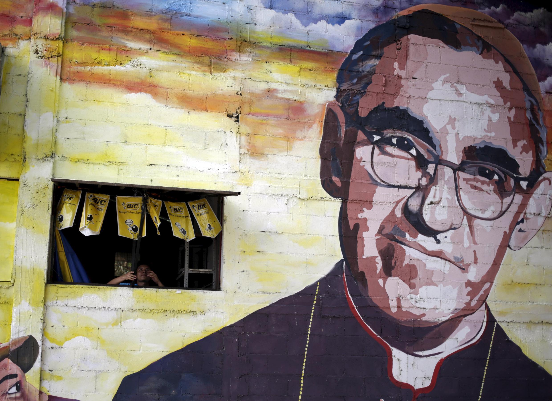 Mural que recuerda a Monseñor Oscar Romero, quien será beatificado este sábado 23 de mayo en El Salvador.