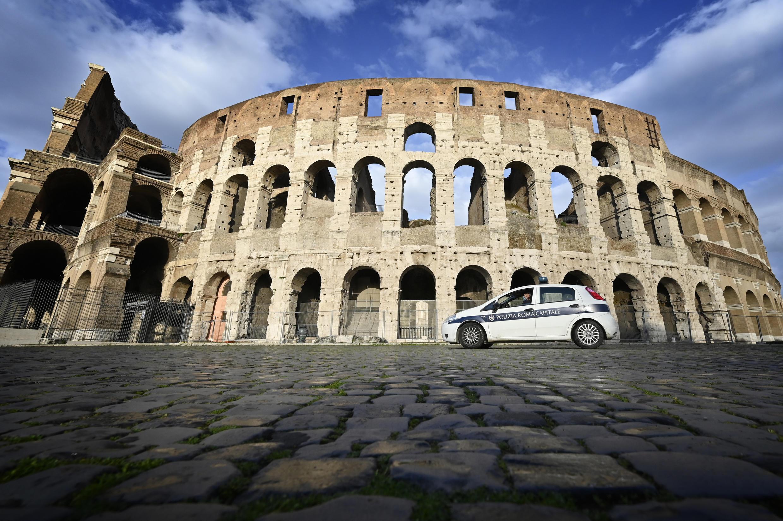 Un vehículo de la policía italiana, estacionado frente al Coliseo el 15 de marzo de 2021 en Roma