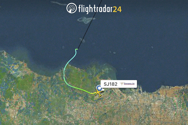 Image radar (flightradar24.com) montrant le parcours du Boeing 737 de la compagnie Sriwijaya Air après son décollage de Jakarta.
