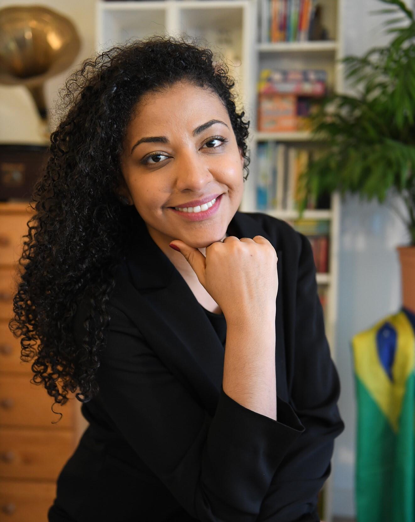 """A professora de português Fernanda Coelho teme ficar """"presa"""" no Brasil e está indecisa sobre a  viagem ao país, prevista para julho."""