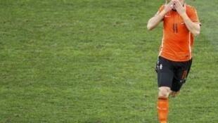 O atacante holandês Arjen Robben comemora seu gol, o primeiro da Holanda.
