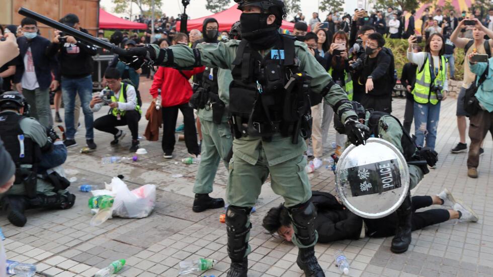 Cảnh sát bắt giữ người biểu tình trong cuộc tuần hành ở Hồng Kông ủng hộ người Duy Ngô Nhĩ, ngày 22/12/2019.