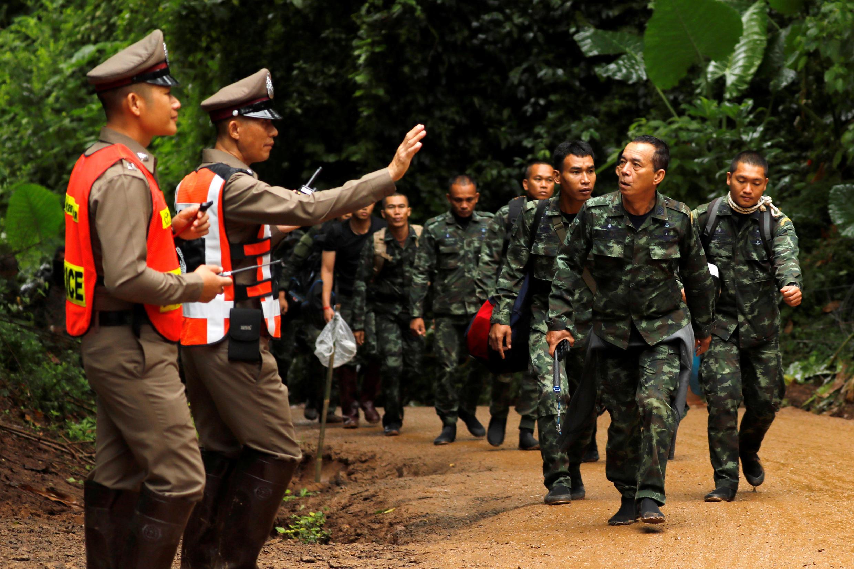 Soldados chegam à entrada da caverna de Tham Luang para acompanhar as operações de resgate dos 12 meninos e seu treinador de futebol, de 25 anos.