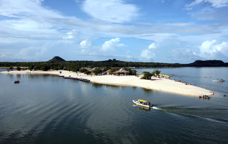"""A """"Pérola do Tapajós"""", como é conhecida, conta com mais de 100 quilômetros de praias de água doce."""