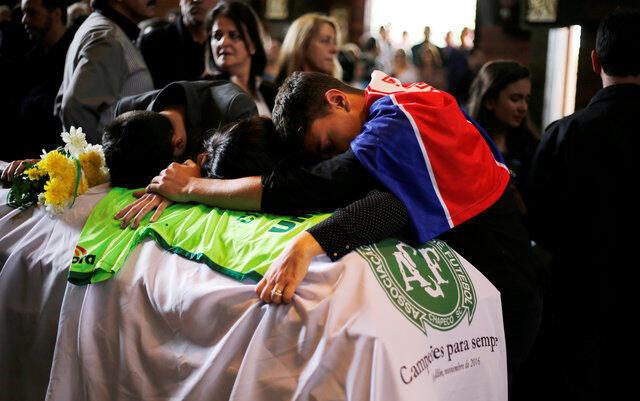 Familiares do técnico da Chapecoense, Caio Júnior, choram durante o velório