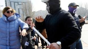 Активистки вышли на площадь Победы, однако на них напали агрессивные мужчины. Бишкек 8 марта 2020 г.