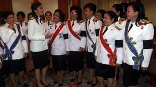 Yingluck Shinawatra with Puea Thai Party members before the parliament's inauguration Monday
