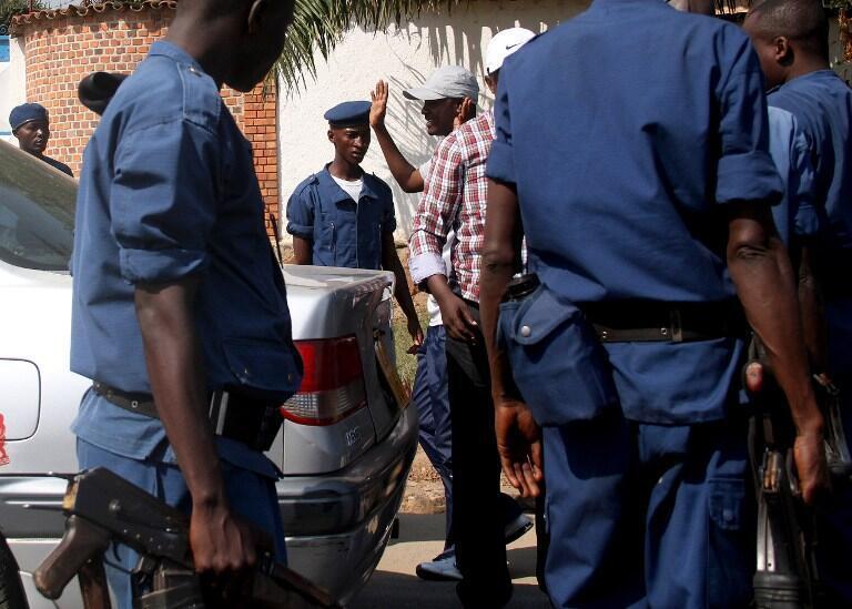 La police burundaise interroge un homme à un barrage routier à Bujumbura, le 6 juillet 2015.