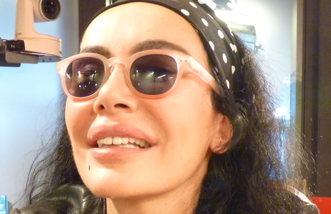 La cantante francesa Alex Pandev en los estudios de RFI.