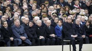 Francois Hollande, derrière lui, les membres du gouvernement. Invalides, le 27 novembre 2015