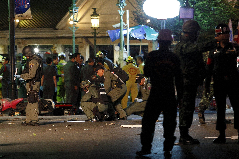En el teatro de los acontecimientos, en Bangkok, agentes policiales recolectan indicios.
