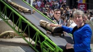 New York :  Cảnh cho tiêu hủy sản phẩm quý giá bằng ngà voi, với sự hiện diện của bà Sally Jewell, Bộ trưởng Nội vụ Hoa Kỳ.