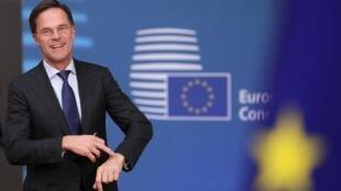 O primeiro-ministro holandês Mark Rutte é o anfitrião de Emmanel Macron na Cidade de Haia.