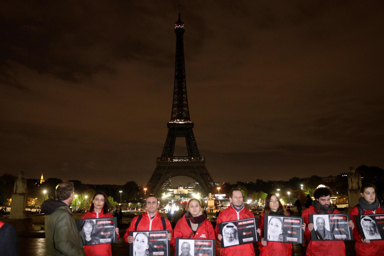 Repórteres assassinados recebem homenagem em frente à torre Eiffel