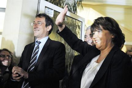 La première sécretaire du Parti socialiste Martine Aubry (D) salue joyeusement, ses militants