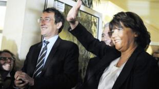 Martine Aubry, líder do Partido Socialista, saúda seus militantes depois da larga vitória sobre a oposição.