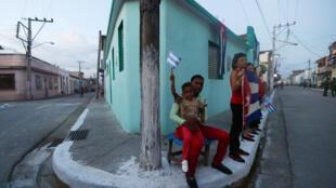 Des habitants de Bayamo ont attendu des heures que le cortège des cendres de Fidel Castro arrive chez eux, vendredi 2 décembre à Cuba.