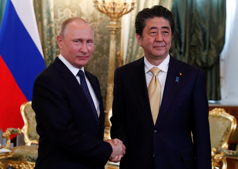 Thủ tướng Nhật, S.Abe (phải) và tổng thống Nga, V.Putin tại điện Kremlin ngày 26/05/2018.