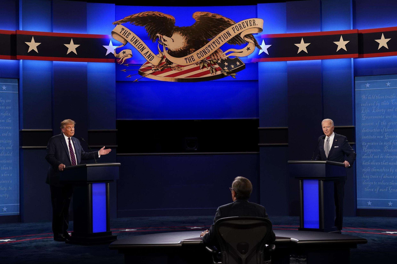 Donald Trump et Joe Biden face au journaliste de Fox News Chris Wallace à Cleveland le 29 septembre 2020.