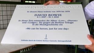 Prefeito de Berlim segura placa em homenagem a Bowie