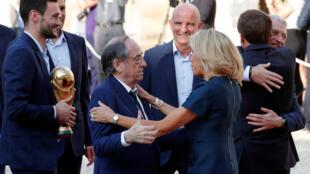 Noël Le Graet, président de la Fédération française de football, félicité par Brigitte Macron à l'Elysée, le 16 juillet 2018.