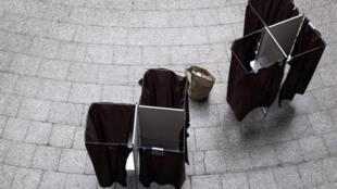 資料圖片:巴黎某投票站的投票空間(Isoloir)
