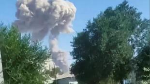 Дым над местом взрыва в городе Арысь 24 июня 2019