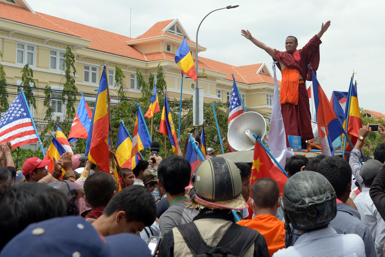 Người Khmer Krom biểu tình trước đại sứ quán Việt Nam ở Cam Bốt - AFP