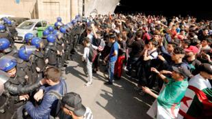 Estudantes protestam contra o presidente da Argélia, Abdelaziz Bouteflika, em Argel, Argélia, em 10 de março de 2019.