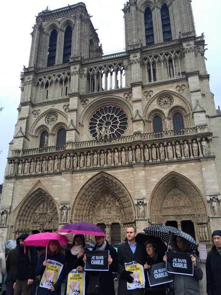 """Jovens levam cartazes com a mensagem """"je suis Charlie"""", que se tornou símbolo da reação ao ataque."""