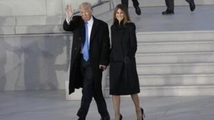 特朗普夫妇1月19日走出华盛顿林肯纪念堂