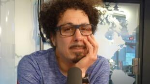 Pedro Lombardi en los estudios de Radio Francia Internacional.