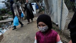 Dans un camp de fortune pour réfugiés et migrants à côté du camp de Moria, lors d'un confinement à l'échelle nationale pour contenir la propagation de la maladie à coronavirus, sur l'île de Lesbos, Grèce 02 avril 2020.