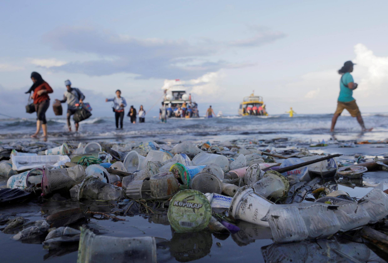Desechos plásticos en el mar. Foto de ilustración