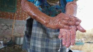 Se laver les mains souvent est l'un des premiers gestes barrière pour éviter une contamination au coronavirus (illustration).