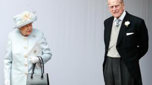 Hoàng thân Philip (T) cùng nữ hoàng Elisabeth.