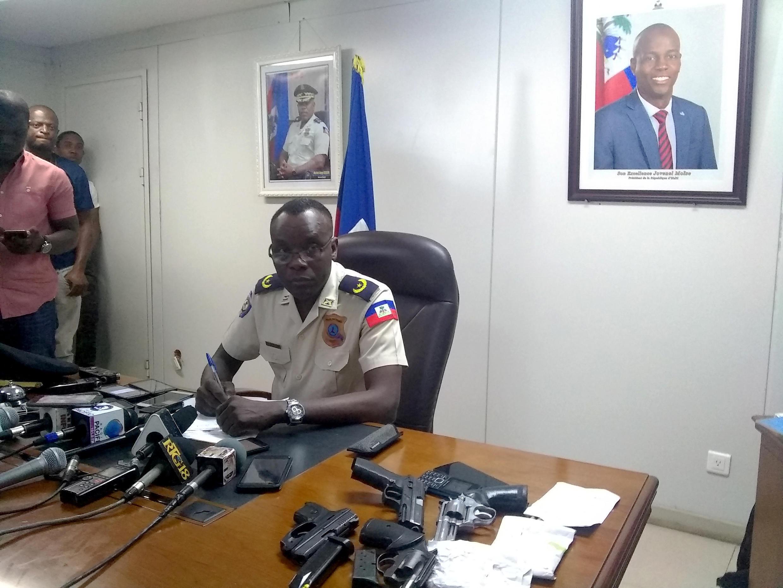 Devant les armes saisies lors des récentes opérations et les micros de la presse, le porte-parole de la police haïtienne Michel-Ange Louis Jeune n'a fourni aucune information sur la disparition du journaliste Vladjimir Legagneur, le 13 mars 2019.
