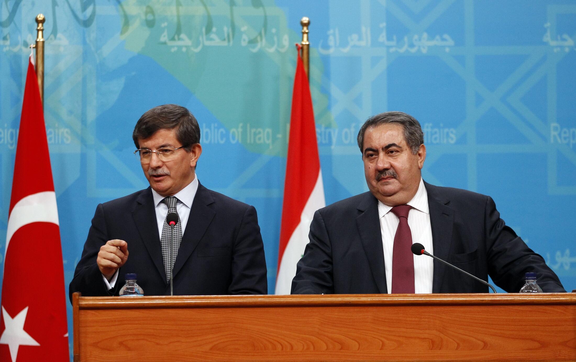 Министры иностранных дел Турции Ахмед Давутоглу (слева) и Ирака Хошияр Зебари на пресс-конференции в Багдаде