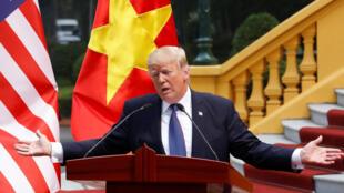 Tổng thống Mỹ Donald Trump trong buổi họp báo tại Phủ Chủ tịch, Hà Nội, Việt Nam, ngày 12/11/2017.