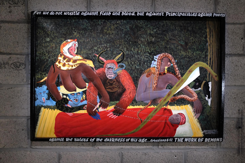 Kwame Akoto Almighty God : « The Work of Demons » (2016), peinture, 80 x 120 cm, dans l'exposition « Afriques Capitales. Vers le Cap de Bonne-Espérance »,