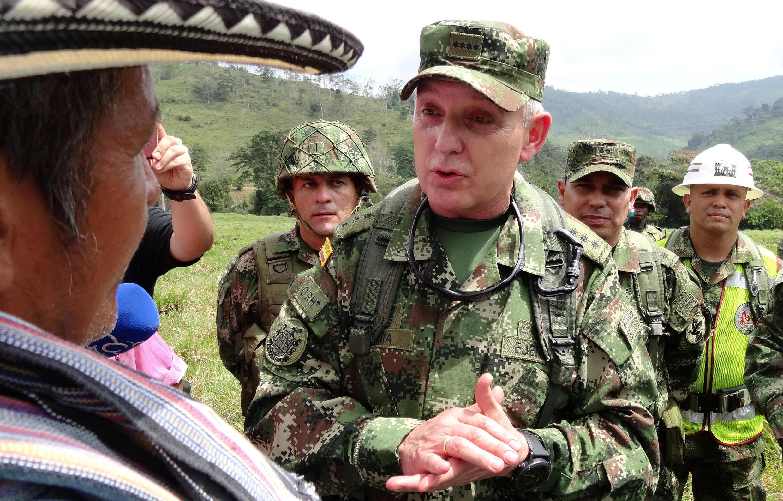 Le commandant Alberto Mejia de l'armée colombienne arrivant dans la région de Saiza (Tierras altas) précédemment occupée par les FARC, le 3 février 2017.