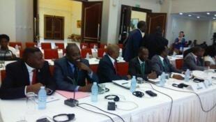 Mazungumzo baina ya Wurundi yazinduliwa rasmi nchini Uganda Jumatatu, Desemba 28, kupitia upatanishi wa rais wa Uganda, Yoweri Kaguta Museveni.