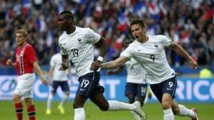 Paul Pogba (g), après avoir ouvert le score face à la Norvège, le 27 mai 2014 au Stade de France.