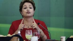 """A presidenta Dilma Rousseff reafirmou hoje em sua conta no Twitter que o Brasil fará a """"Copa das Copas"""" depois das críticas de Blatter."""