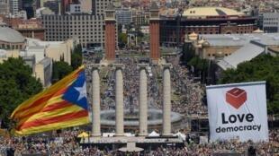 Le drapeau étoilé des séparatistes flotte au-dessus des milliers de Catalans rassemblés ce dimanche 11 juin pour soutenir le référendum sur l'indépendance de la région.